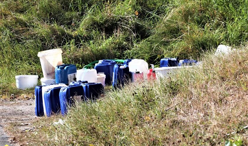 <p>De jerrycans en emmers met een onbekende chemische inhoud die zijn gedumpt bij een viaduct ter hoogte van Stompwijk (foto: Sebastiaan Barel).</p>