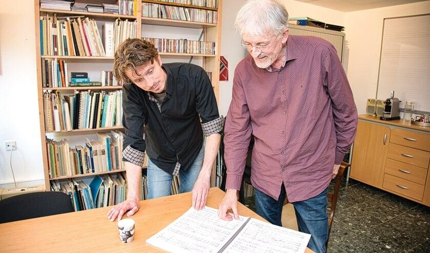 Laurens de Groot (links) en Michel Havenith buigen zich over de muziek van Histoire du soldat. Foto: Gerard van Warmerdam