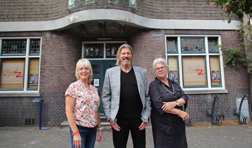 <p>Edith, Arie en Birgitt bij het gebouw van CJMV. Dat leeft al meer dan tachtig jaren mee.</p>