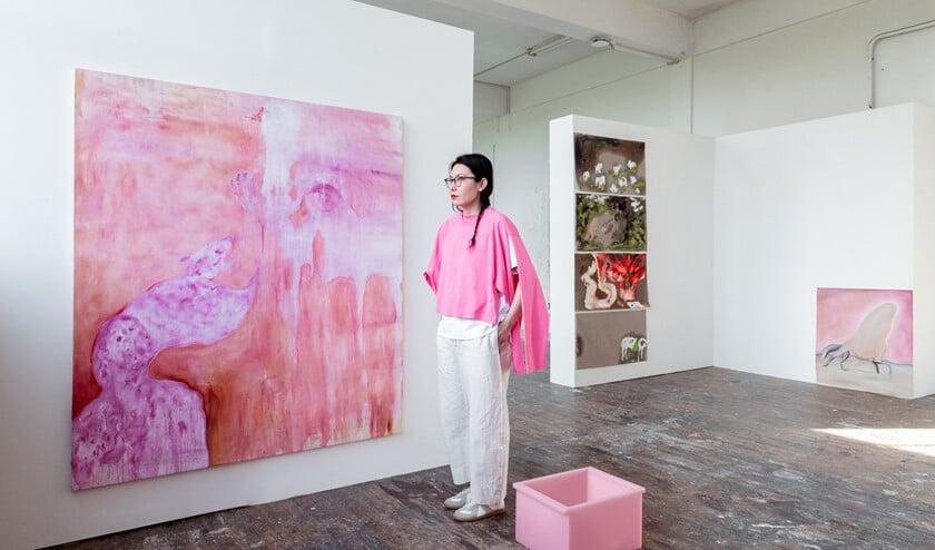 <p>In haar schilderijen vermengt Wumen Ghua &nbsp;historische beelden en persoonlijke fantasie (foto: Rafael Roncato).</p>