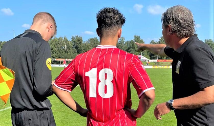 Khashayar Saeb (RKAVV Onder 23) krijgt aanwijzingen van Maurizio Ceccucci voor zijn debuut tegen Emmen (foto: Jonas Bloemen).