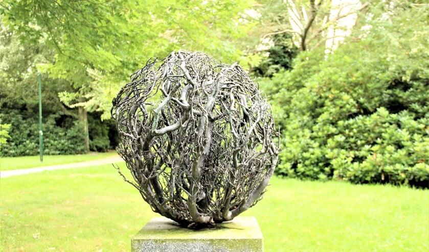 <p>He beeld &ldquo;Between us&rdquo; (2006), een beeld van Dorota Buczkowska in Park Vreugd en Rust aan het Oosteinde (foto: &nbsp;Marian Kokshoorn).</p>