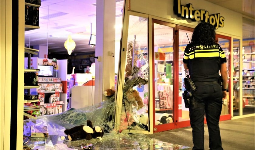 <p>Ravage bij de speelgoedwinkel in winkelcentrum De Julianabaan in Voorburg (foto: Danny Botman).</p>