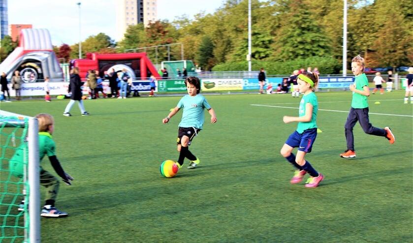 <p>Tijdens het toernooi speel je 4 tegen 4 zonder vaste keep met kleine goals. (foto: pr SenW).</p>