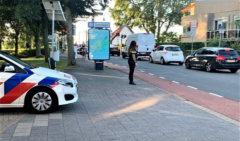 De politie houdt een oogje in het zeil bij een school in Voorburg (foto: politie LV).