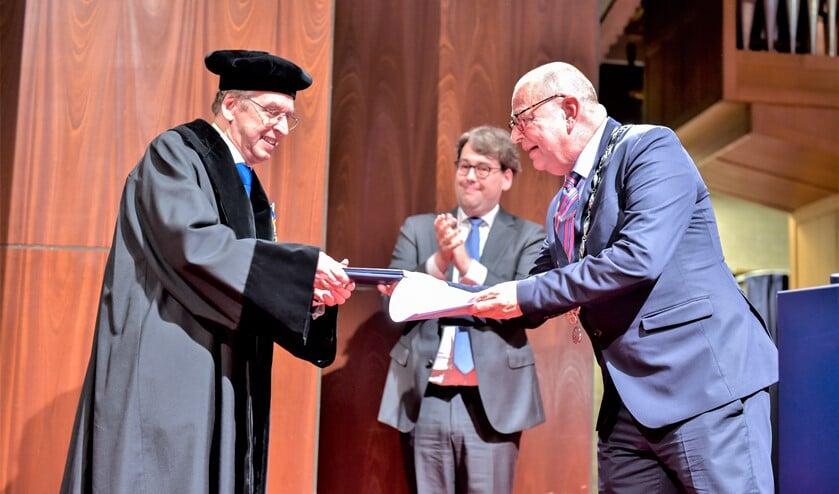 Burgemeester Jules Bijl reikte de Koninklijke onderscheiding uit aan dr. Paul Jansen (foto: Jaap Maars).