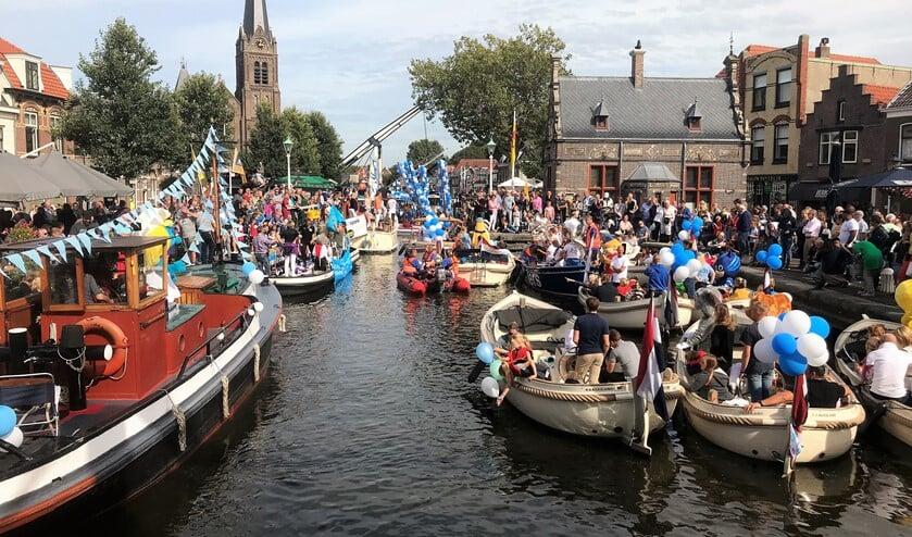 Drukte met bootjes in de sluis in Leidschendam tijdens de Vlietdagen (archieffoto Ap de Heus).