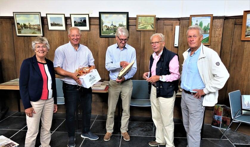 <p>De symbolische overhandiging van de collectie door Johan van Reisen (tweede van rechts) aan de stichting (foto: Vrienden van de Dorpskerk).</p>