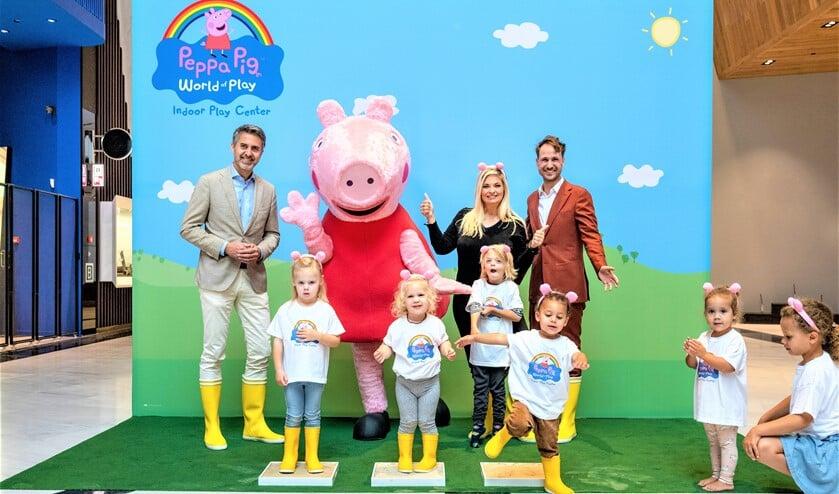 <p>Foto: v.l.n.r. Bart van Twillert, Peppa Pig, Mommy Bobbi Eden en attractiemanager Vincent Pronk (foto: Arnaud Roelofsz).</p>
