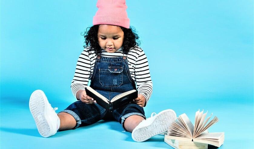 <p>Peuters kijken mee in mooie prentenboeken en luisteren naar verhalen (foto: stock bibliotheek).</p>