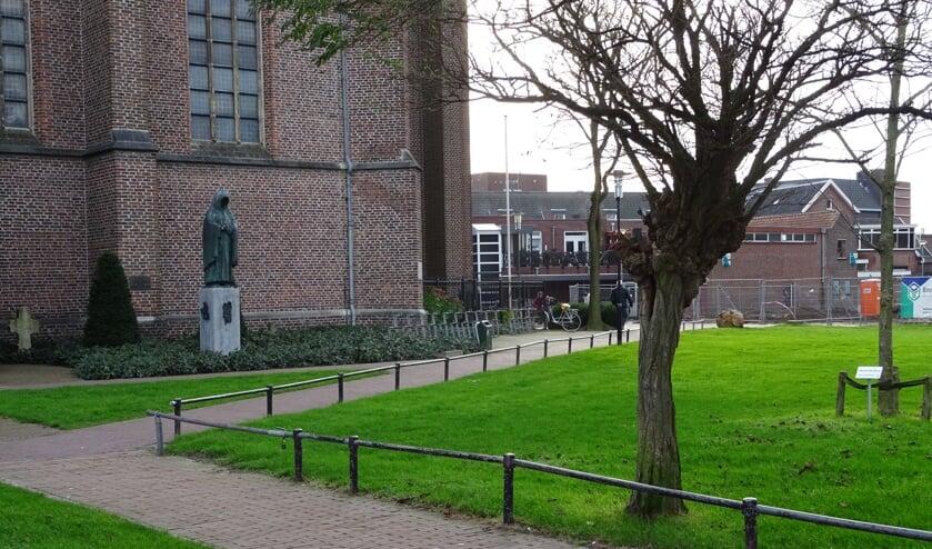 Op het voetpad langs de kerk 'waait het altijd' en het beeld van de monnik geeft geen 'warm welkomstgevoel'.