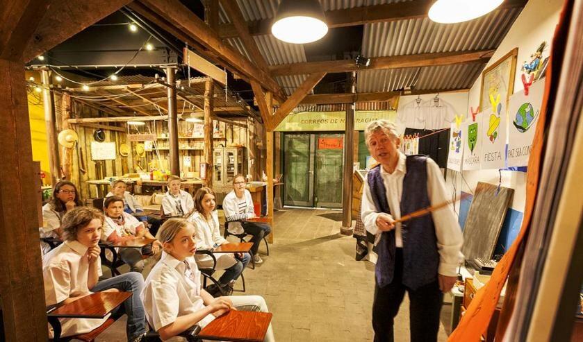 Scholieren op bezoek in het Wereldpaviljoen. Foto:Studio Zebra Venlo/Egon Notermans.