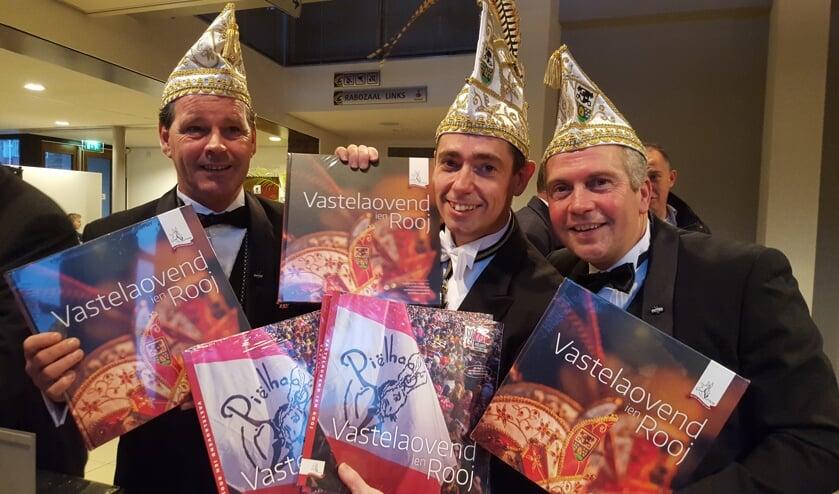 Het afscheid nemende trio met jubileumboek en -cd.
