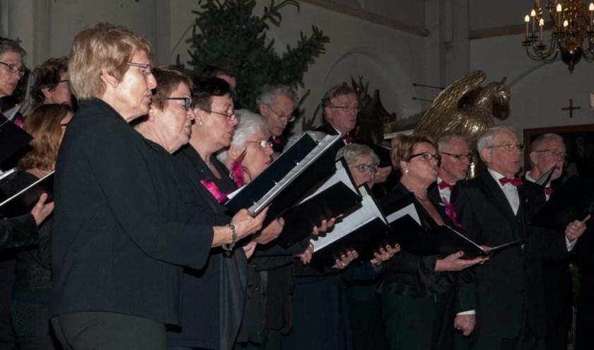 Zingen rond de kerststal is populair. Foto: Lotte Kamphuis.