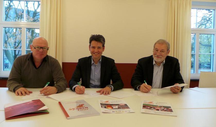 Van links naar rechts: Christ van den Munckhof van de Stichting Wielerpromotie Venray, wethouder Lucien Peeters en koersdirecteur Rob Discart.