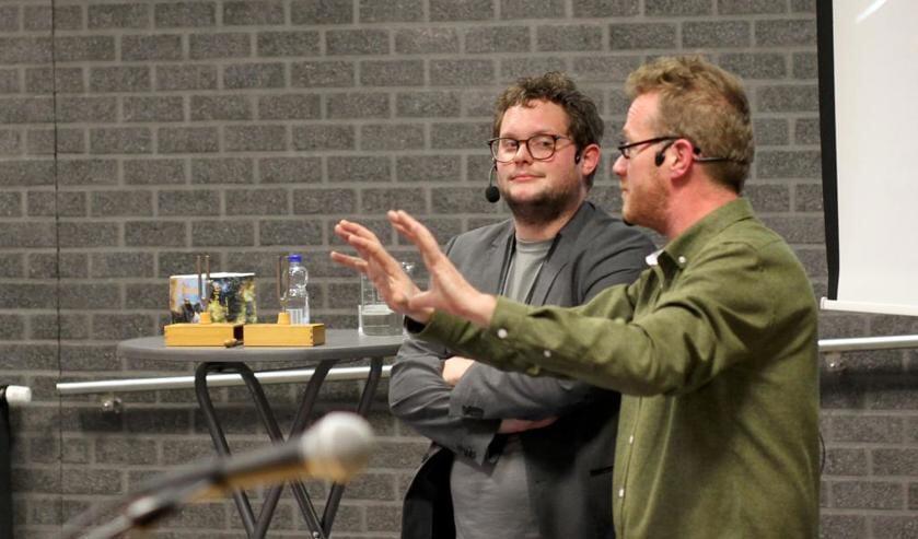 Diederik Jekel (links)  en Jan van de Berg vertellen over de wondere wereld van de fysica. Foto: Rikus ten Brücke.