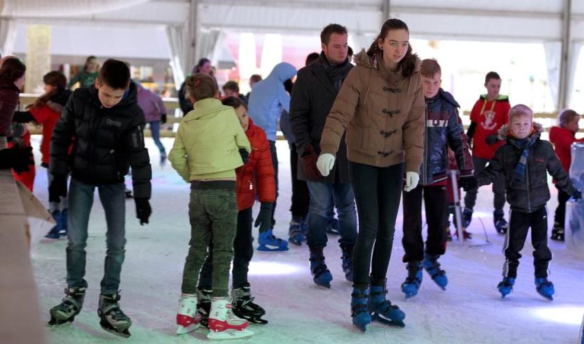 Circa 10.000 schaatsliefhebbers brachten een bezoek aan de ijsbaan op het Schouwburgplein. Foto: Rikus ten Brücke.