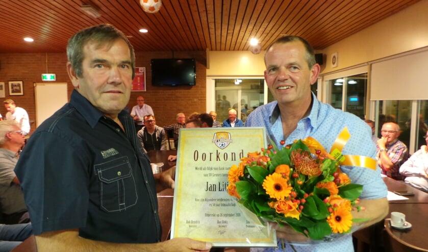 Gouden jubilaris Jan Litjens werd in het zonnetje gezet.