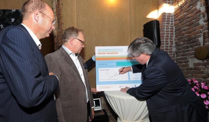 Theo Winter (directeur Dura Vermeer), Gijs Ploegmakers (directeur Ploegam) en Patrick van der Broeck (gedeputeerde provincie Limburg).