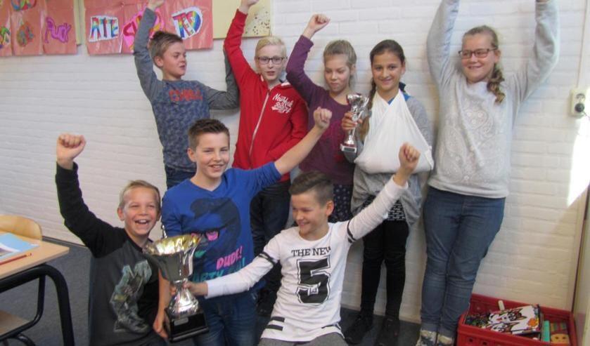 De winnende school De Meulebeek uit Oostrum met de Hennie Hoeijmakers-wisseltrofee.