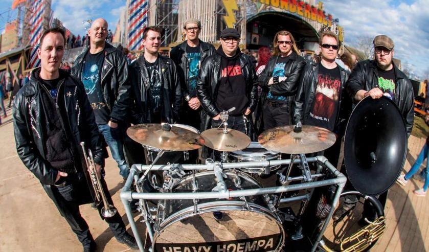 Leon Fleurkens, op de foto de vierde van links, samen met de andere leden van Heavy Hoempa.