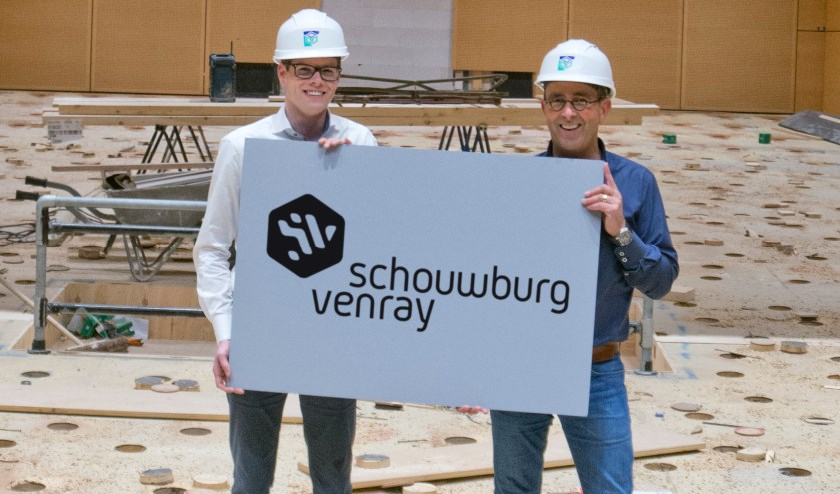 Directeur Paul Franssen en eventmanager Sjoerd Driessen met het nieuwe logo van Schouwburg Venray.
