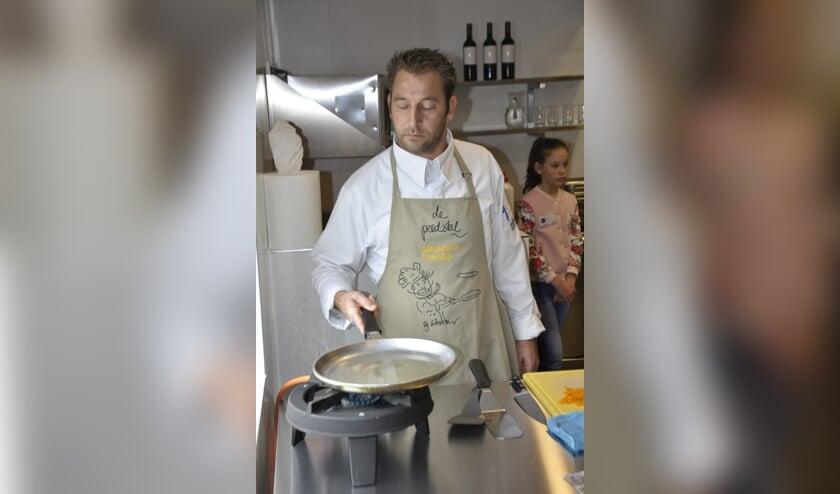 Edwin Hollanders neemt deel aan het NK pannenkoeken bakken.