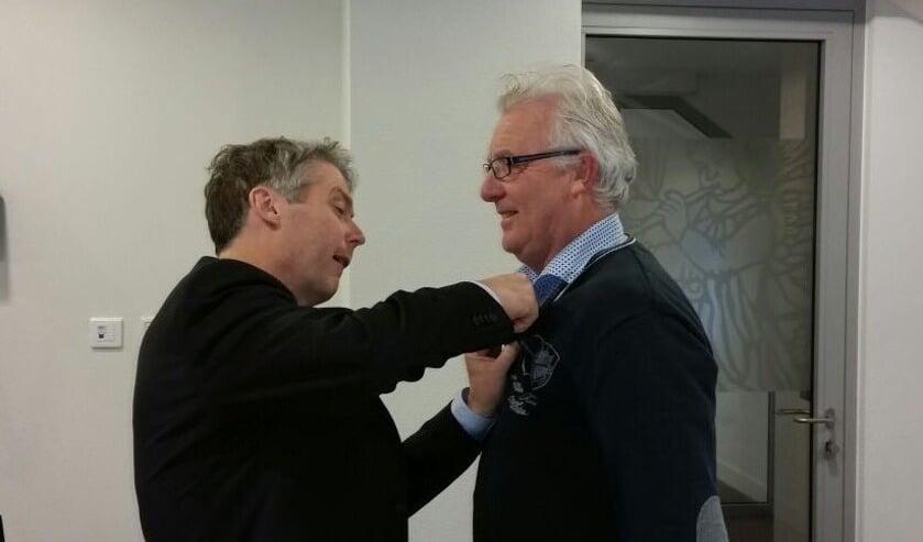 Burgemeester Hans Gilissen speldt Jan Arts zijn welverdiende Zilveren Bijtje op. Foto: Twitter Hans Gilissen.