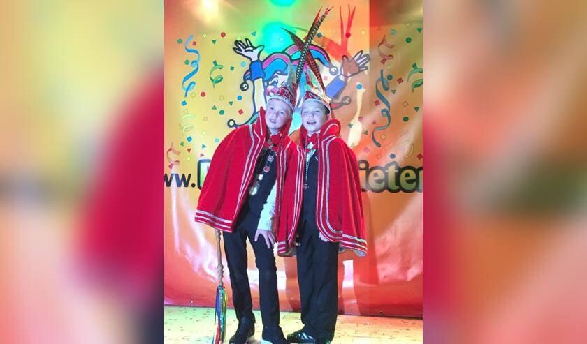 Jubileumjeugdprins Sam I (links) en zijn adjudant Max van De Keieschieters.