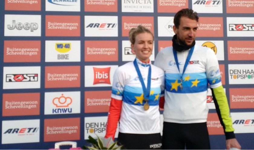Paulina Rooijakkers  op het podium met Jasper Ockeloen.  Foto Twitter: UEC Cycling.