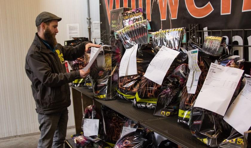 Ook bij Intratuin Venray ging de verkoop van vuurwerk donderdagmorgen van start. Foto: Simone Swinkels.