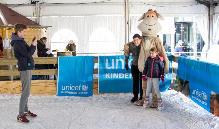 Op de foto met Oenny, het knuffelbeest van Unicef. Foto: Simone Swinkels.