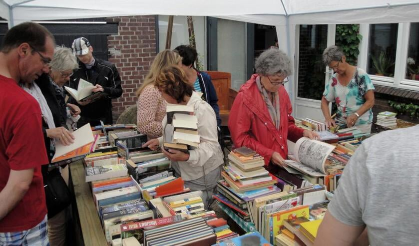 Beeld van de eerste gratis boeken-outlet, vorig jaar in Tienray.