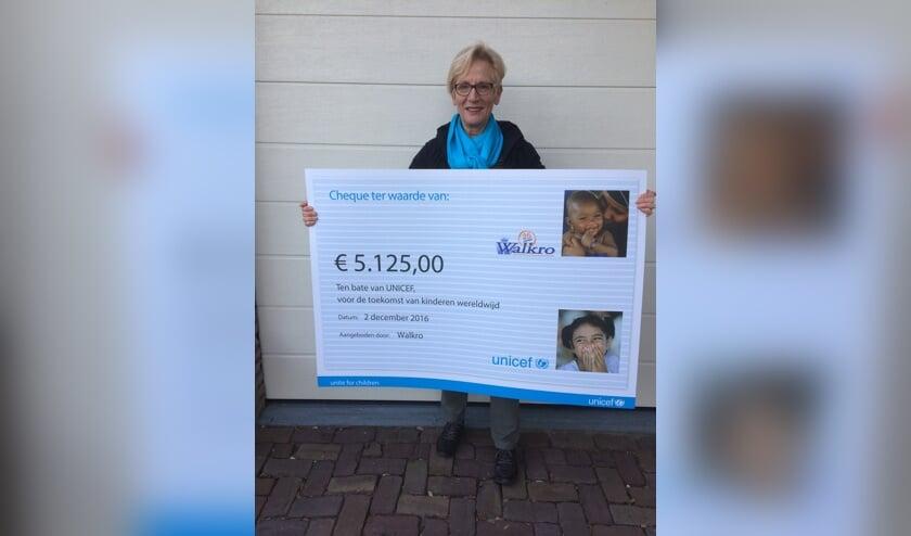 Voorzitter Miny Boersma nam de cheque in ontvangst.