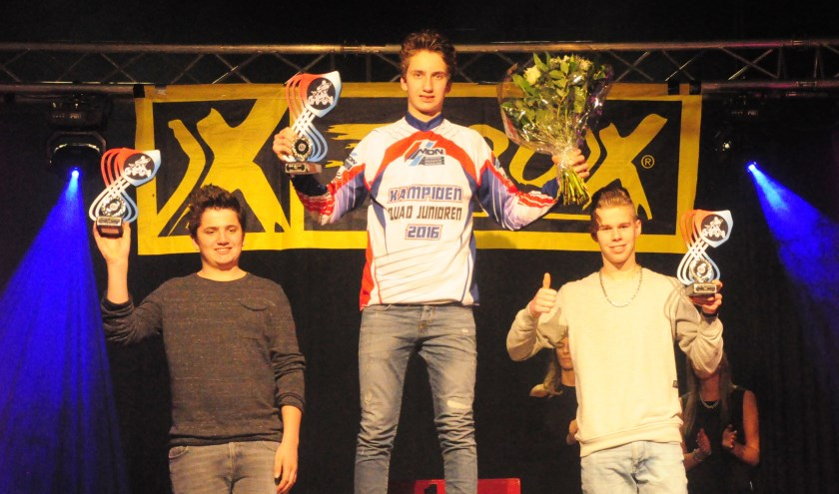 Job (midden) en Wout Smits (links) werden gehuldigd voor de eerste en tweede plaats in het NK quads junioren (MON). Foto: Maycel de Bruijn.