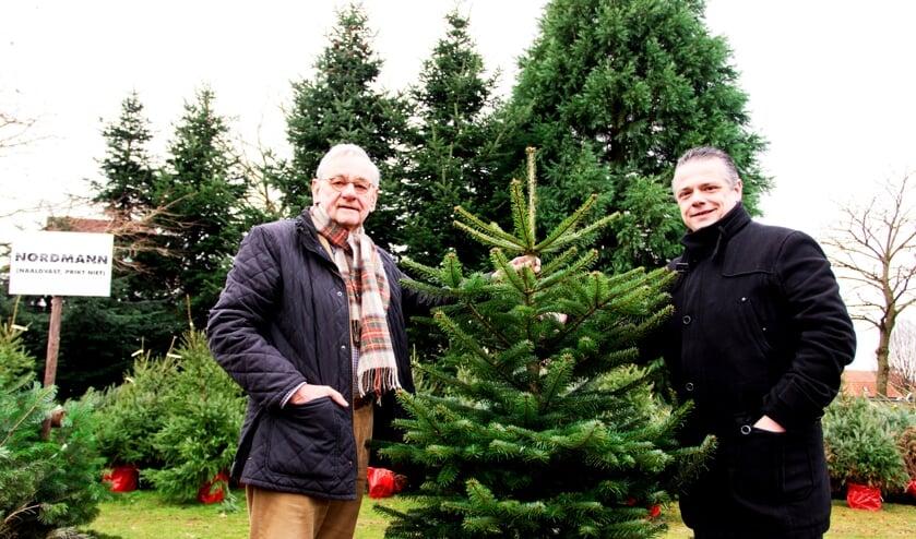 Hans Thomassen (links) en Bernie van Lierop waren de afgelopen dagen op zoek naar een kerstboom van circa 8 meter. Foto: Henk Lammen.