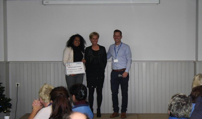 Op de foto van links naar rechts: Parvati Changoe (intermediair Leergeld Venray), Daphne Jeuken (coördinator Leergeld Venray, Niels Reijnen HR-manager Jabil.