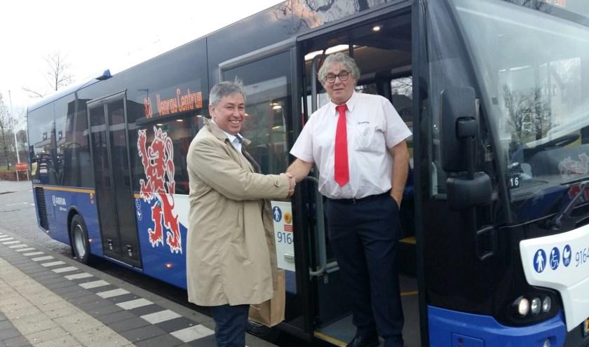 Gedeputeerde Patrick van der Broeck wenst een van chauffeurs veel succes in de nieuwe bus. Foto: Twitter Anne Thielen.