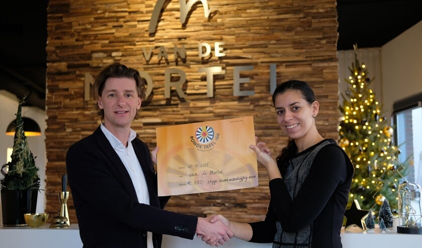 Bart van de Sterren overhandigt de cheque aan Renate van Kempen, voorzitter Junior Kamer Venray.