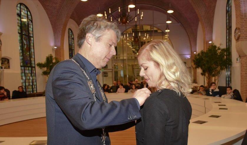 Burgemeester Hans Gilissen speldt Daisy Mertens het Zilveren Bijtje op. Foto: Twitter Hans Gilissen.