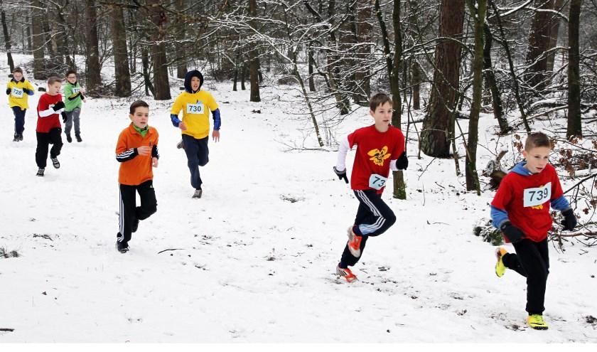 Vorig jaar rende de schooljeugd over een besneeuwd parkoers. Foto: Rikus ten Brücke.