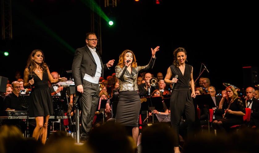De musicalster en tv-presentatrice Kim-Lian van der Meij op de planken. Foto: Leon Hodiamont.