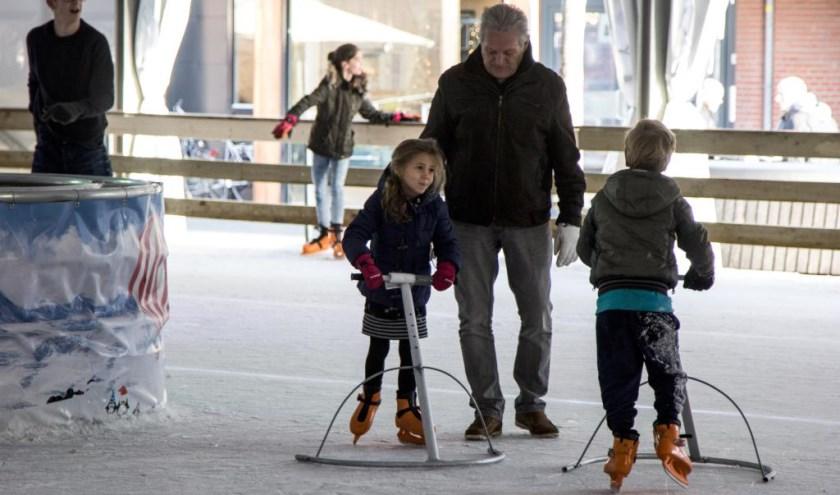 Heerlijk schaatsen op de ijsbaan in hartje Venray. Foto: Simone Swinkels.