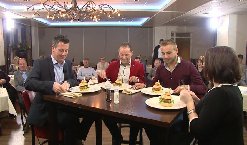 Presentator Rob van Lieshout ontvangt Olaf Schaeffers, Rob Wilms en Jorianne Janssen (rechts) in Venray in bedrijf aan tafel. Foto: Wim Wijnhoven.