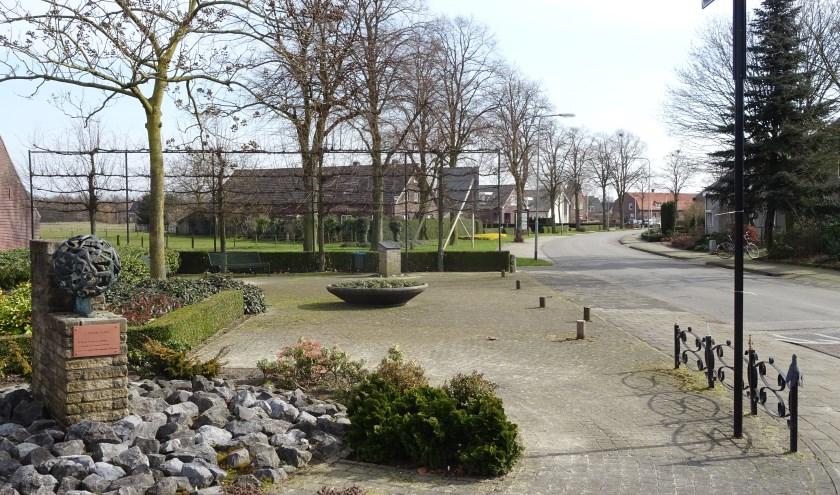 De Mgr. Hanssenstraat gaat na de renovatie weer het oude tracé volgen, langs de bomenrij aan de linkerkant. Foto: Henk Willemssen.