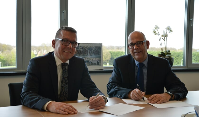 Frank Vanmaris, CEO Inalfa Roof Systems, en Frank van Gool, CEO OTTO Work Force, ondertekenen het contract.