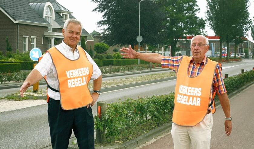 Wiel Pelzer en Jos Martens zijn al jaren actief als verkeersregelaar. Foto: Rikus ten Brücke.