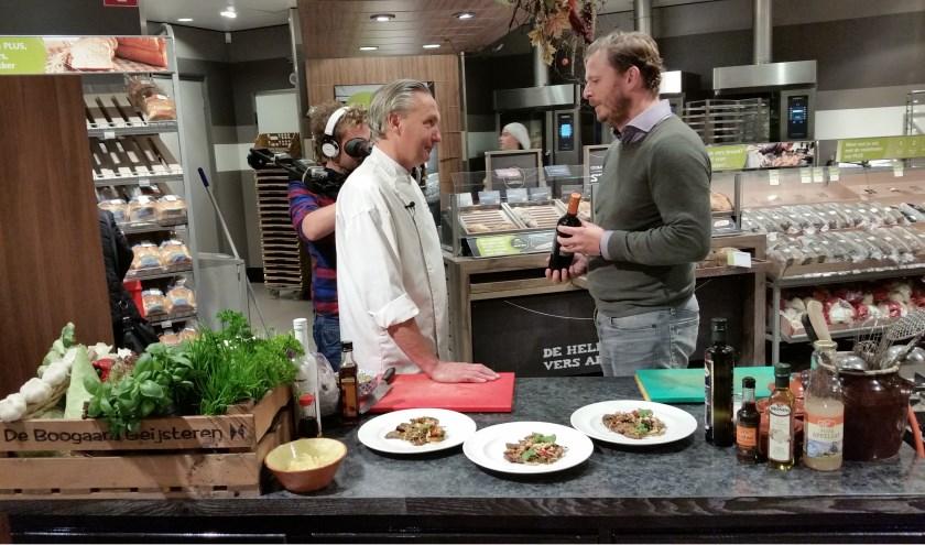 Guido van Dijck tijdens een van de tv-opnames in gesprek  met chef-kok Jan Cremers.