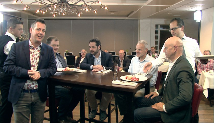 Rob van Lieshout (links) begroet weer een aantal gasten in Venray in bedrijf aan tafel.