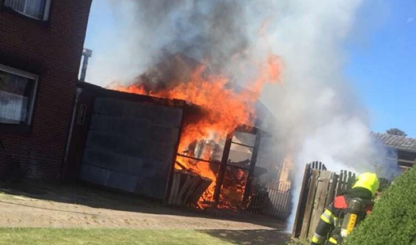 De schuur aan de Burgemeester Ponjeestraat in Wanssum ging in vlammen op. Foto: Aron van Peer.